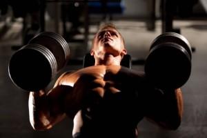 Тренировка грудных при поиощи гантелей