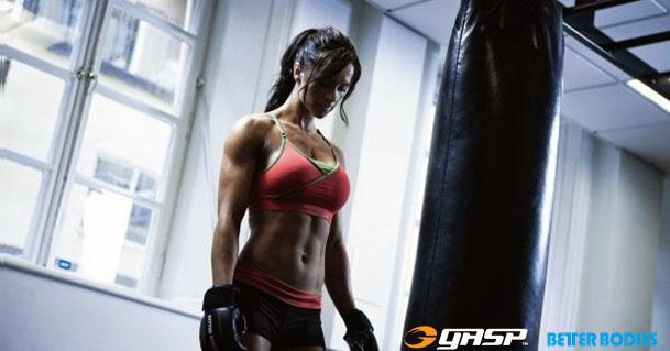 Девушка возле боксерской грущи