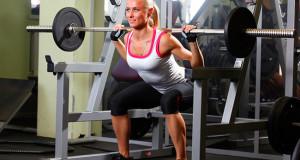 Тренировка девушки в тренажерном зале