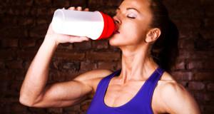 Девушка пьет протеин