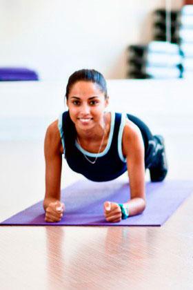 Девушка выполняет упражнение планка для пресса