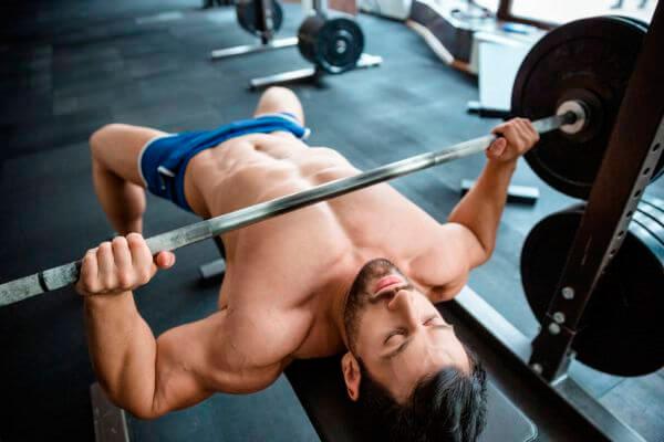 Взрослый мужчина качает мышцы