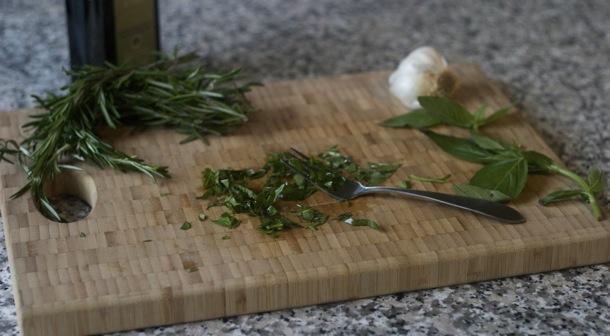 Специи - оливковое масло и базилик