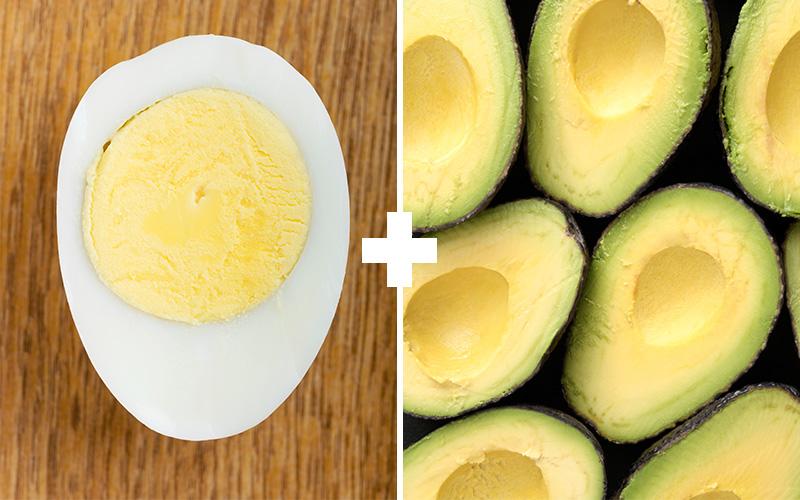 Куриное яйцо и авокадо