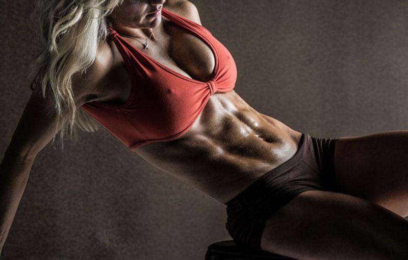 Рельеф мышц на сушке у девушки