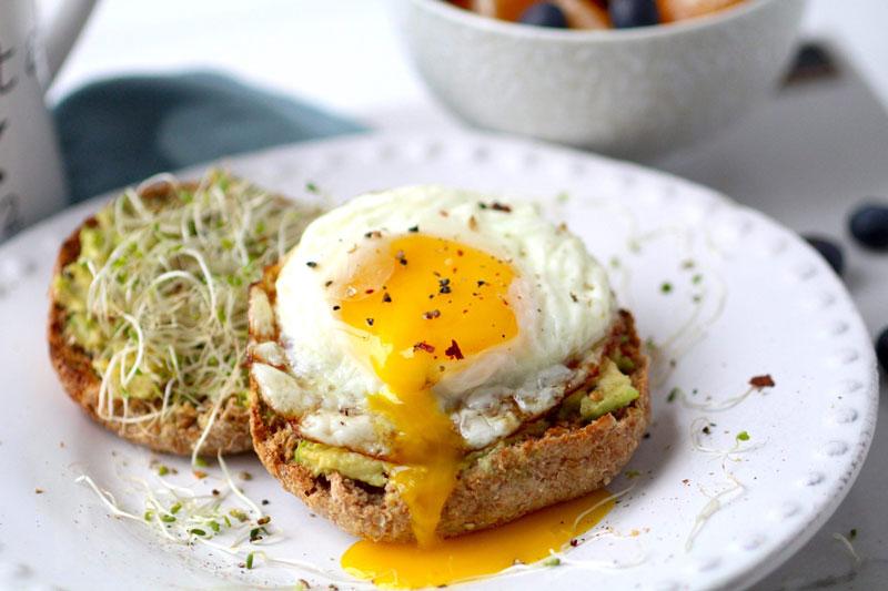 Как готовить авокадо с яйцом